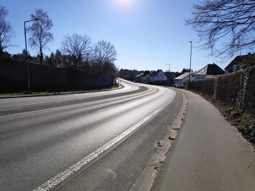 Leere deutsche Bundesstraße während der Coronakrise